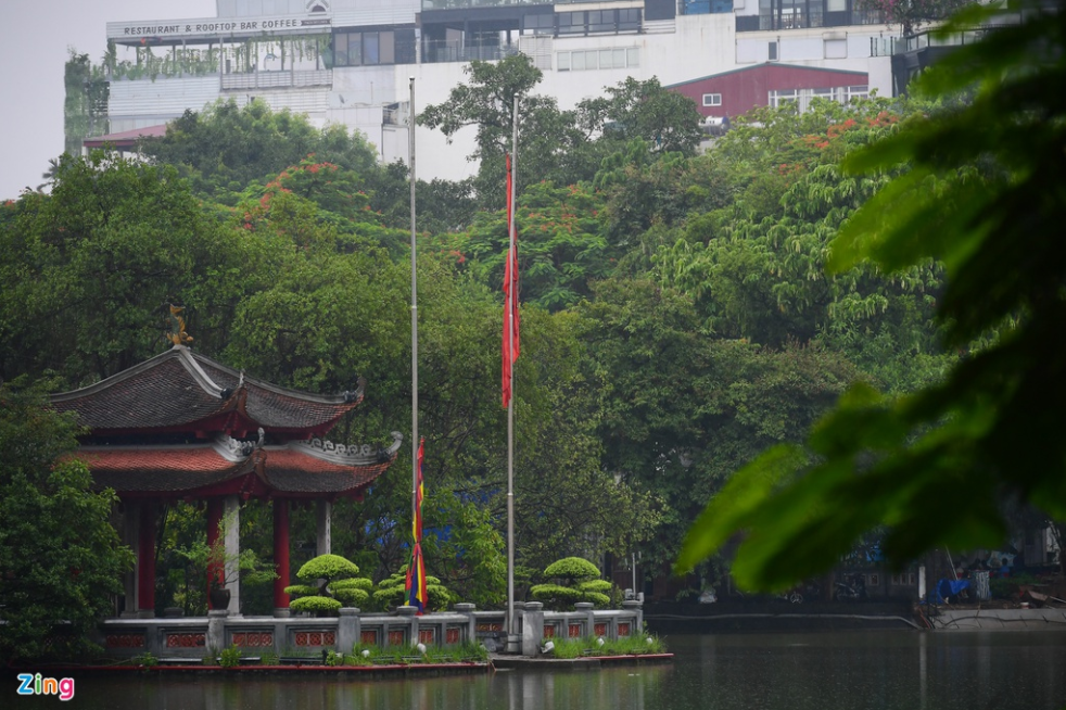 hanoi flew flags at half mast at general secretary le kha phieu funeral