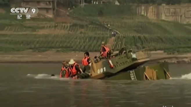 video chinese amphibious armored tank sink in a 30s