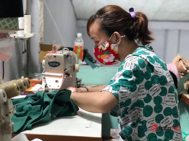 covid 19 updates august 24 da nang women sew blouses to help doctors fight pandemic