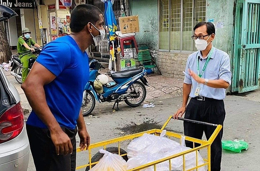 HCMC Lockdown: Indian Restaurant Owner Donates Hundreds of Meals to Struggling Residents