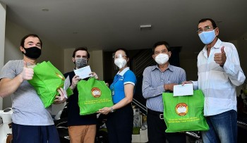 Expats in Phu Nhuan District Receive Gifts and Support for Vaccination