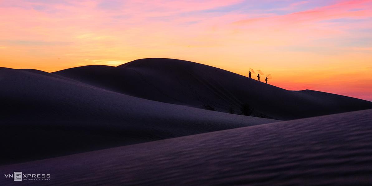 Exploring Ninh Thuan's beauty of sand dunes under moonlight