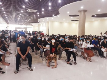 Nearly 300 Laotian Students in Vietnam Get Vaccinated Against Covid-19