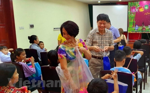 Vietnamese Cambodian children celebrate Mid-Autumn Festival