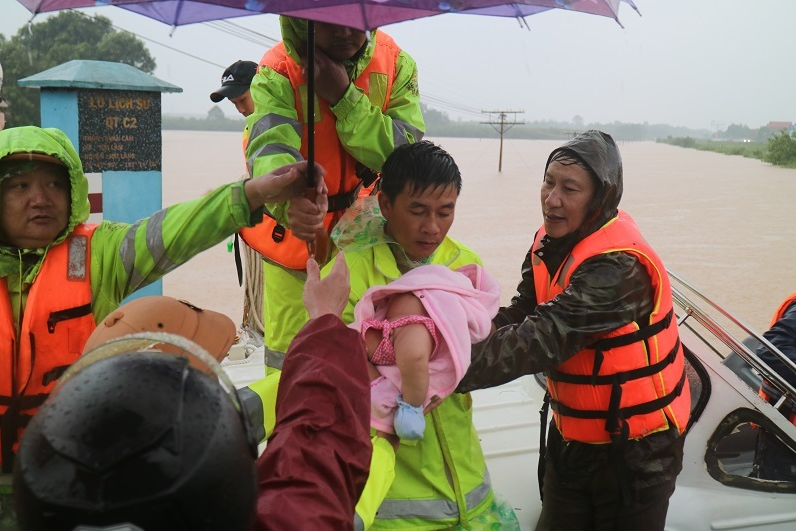 4 ships sank 13 people died and missing due to floods in central vietnam