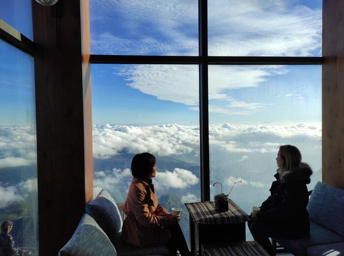 couples flock to sapa fansipan for splendid cloud hunting experiences