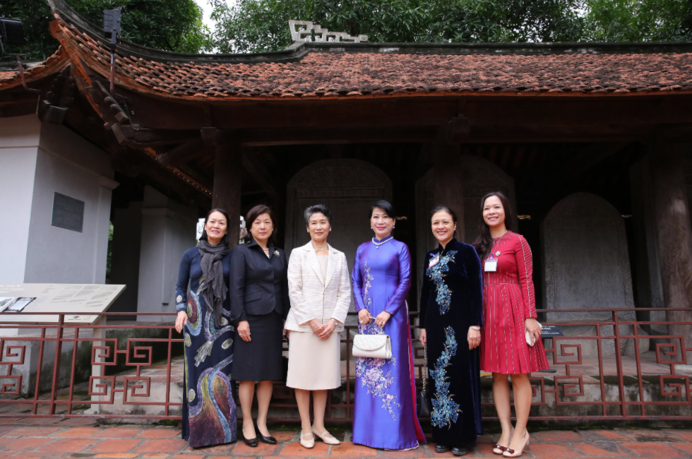 the japanese pms spouse with a special visit amid hanoi autumn