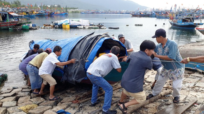 storm molave fishing boat sank 12 fishermen lost contact