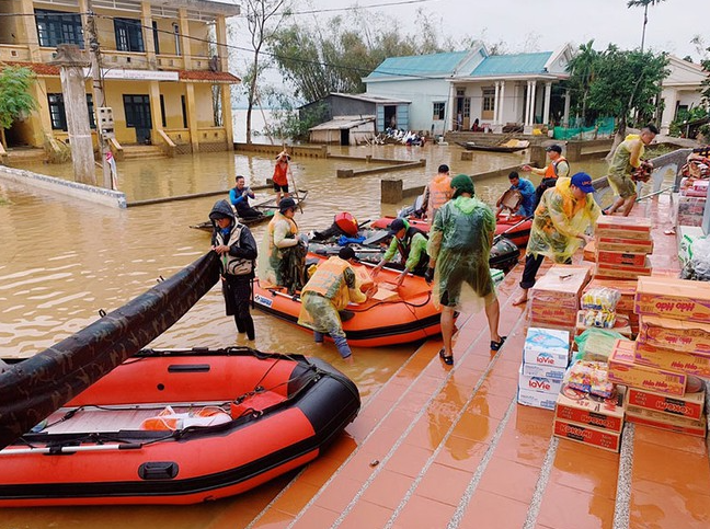 zero dong canoe squad provides aid for people in flooding areas of vietnams central provinces