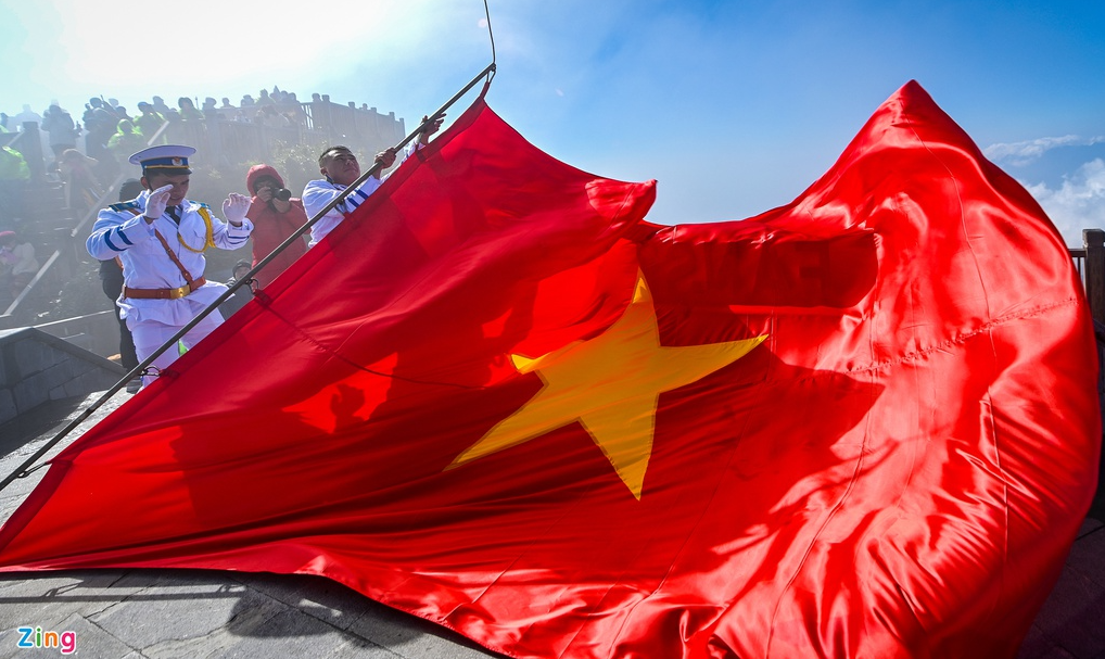 Unique flag raising ceremony on top of Fansipan mount