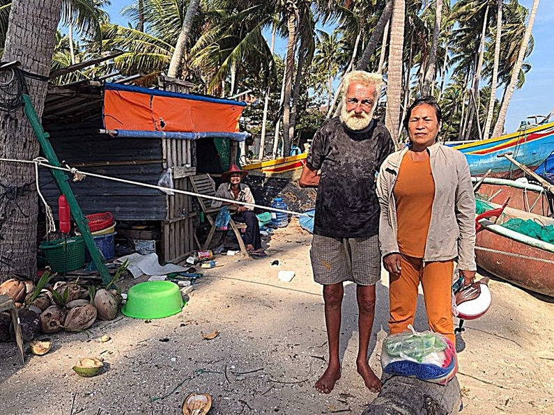 Poor fisherman couple gave home to a Russian friend getting lost in Vietnam