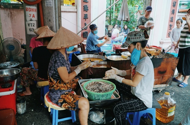 Humble deep fried sticky rice cake stall in Hanoi attracts long lines of customers