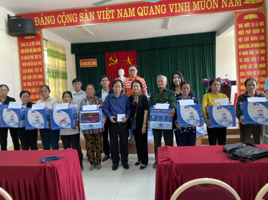ALOV presents over USD 24,000 to people in flooded areas of Vietnam's central provinces