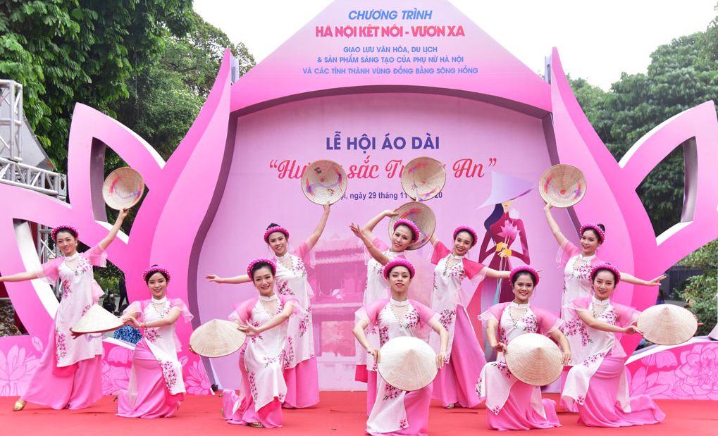 ao dai festival held in hanoi with the theme of trang an beauty