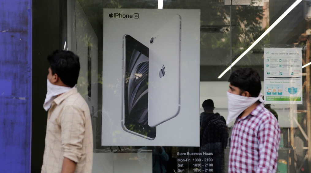 india iphone factory vandalized as workers claim they werent paid in video