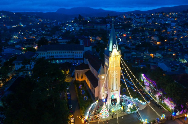 a bustling da lat in christmas vibe