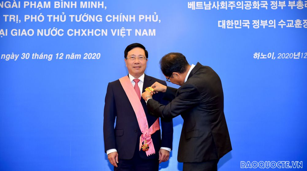 deputy pm fm pham binh minh awarded korean order of diplomatic service merit