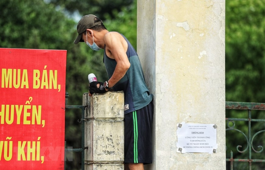 Hanoi residents ignore crowd gathering ban to exercise in public spaces