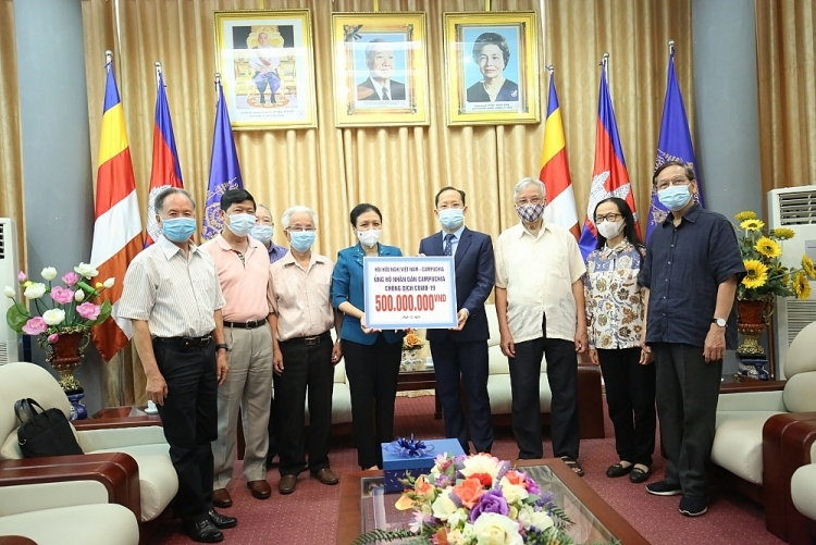 Friendship associations provide 500 million VND in aid for Cambodia's Covid fight