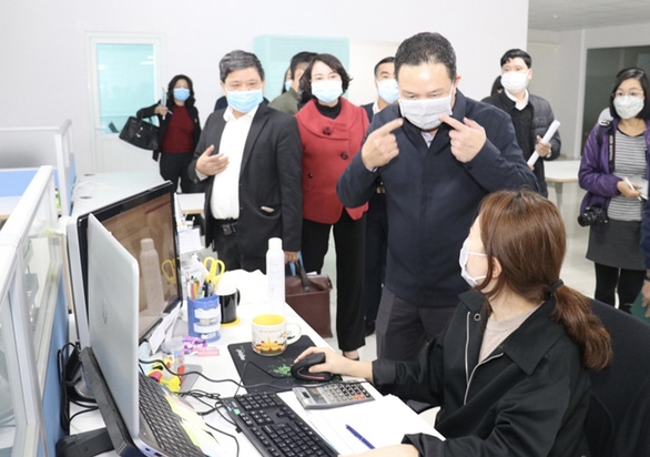 Deputy Minister of Labor, War Invalids and Social Affairs Le Van Thanh is seen gesturing during an inspection of compliance with pandemic prevention rules at an enterprise employing South Korean workers in Ha Nam Province. Photo: Xuan Thang / Tuoi Tre