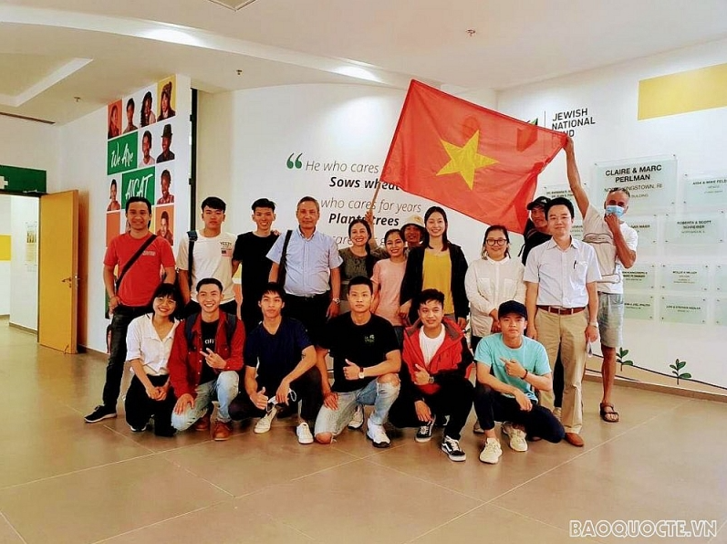 Ambassador Do Minh Hung visited Vietnamese students in AICAT center in 2020. Photo: TG&VN