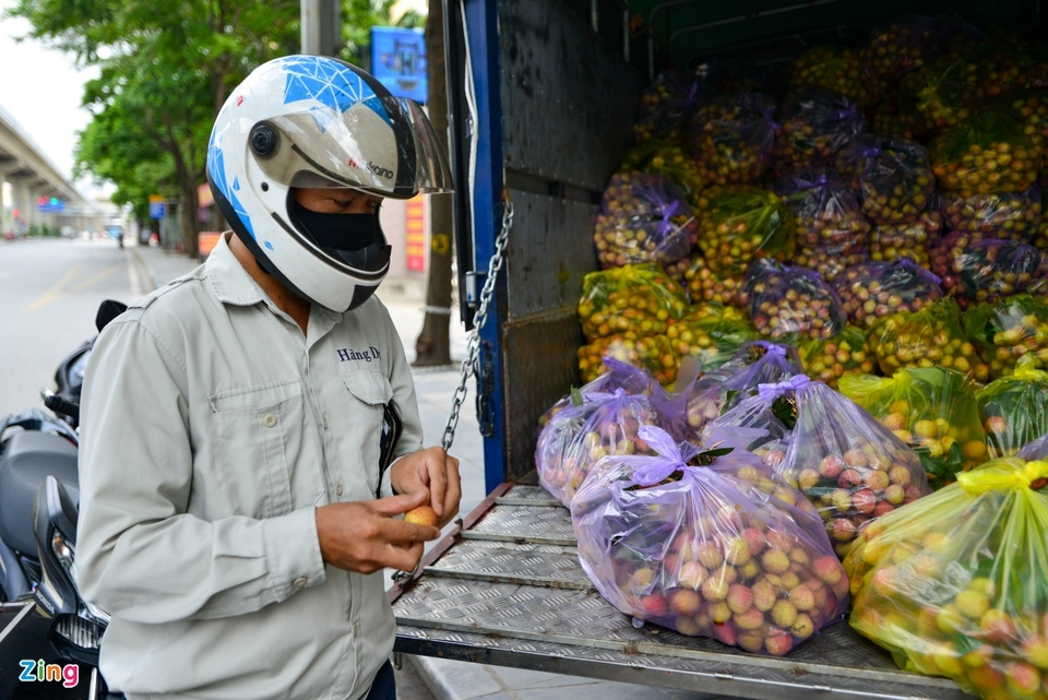 """""""I saw the lychee truck when I was on the way back home from work so I stopped in to buy some to support farmers. The lychees are very juicy. It's best to enjoy it on hot days like this,"""" Tran Viet Hung, a 54-year-old customer in Ha Dong district told Zing News."""