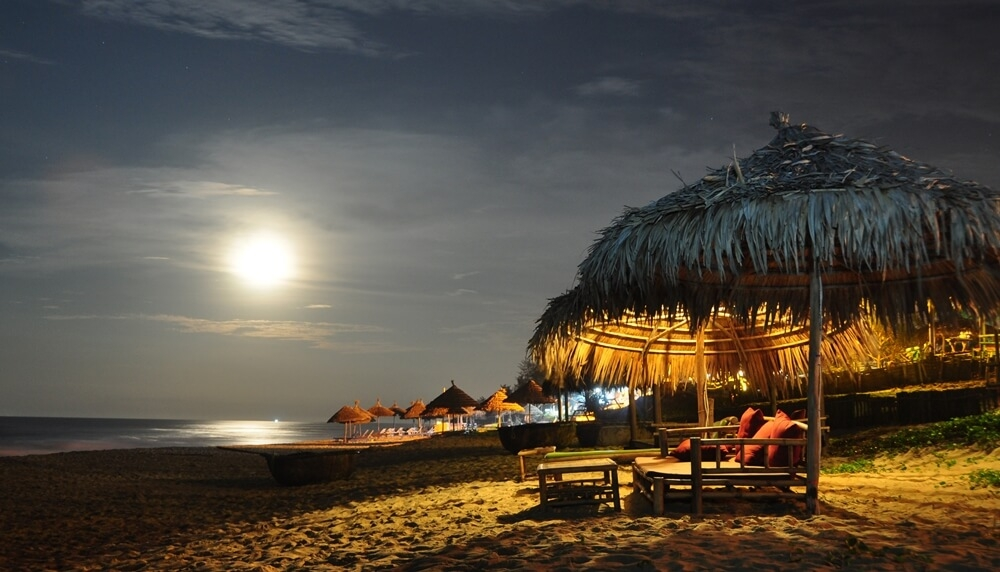 Enjoying yummy dishes while admiring the mesmerizing sunset on the sea will be a lifetime experience when travelling to An Bang, Hoi An. Photo Hello Vietnam Travel