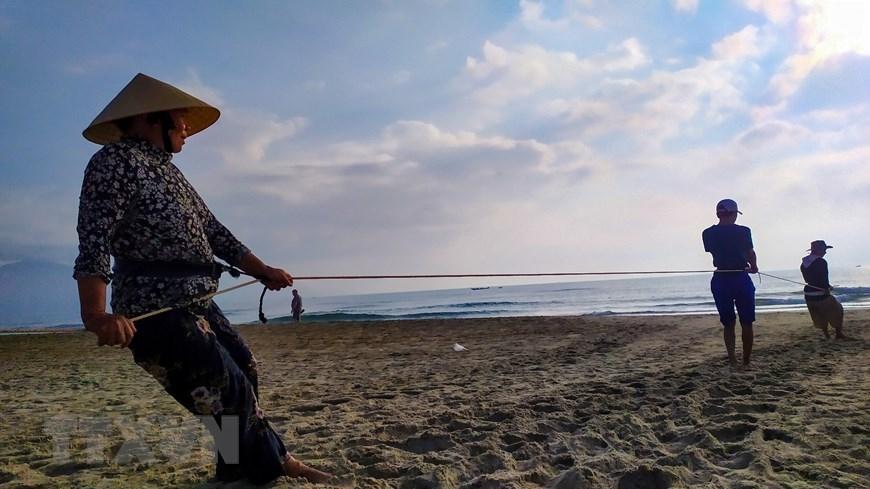 In Photos: Fishermen in Da Nang pull fishing nets by walking backward