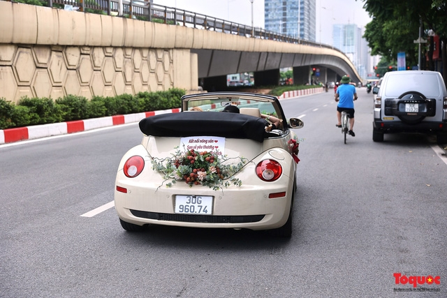 Wedding car decorated with Bac Giang lychees goes viral