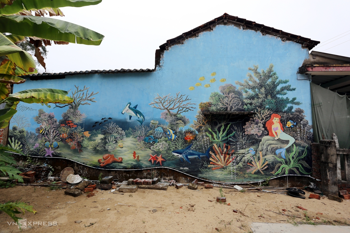Sea animals, natural landscapes and daily life of local fishermen are featured in the paintings.