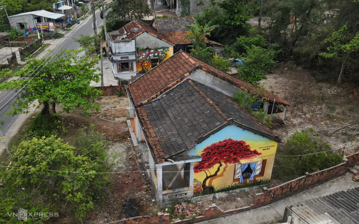 The walls of one-storey houses that were previously covered with moss are now covered with colorful murals. The mural village has a high population density. Paintings on houses located close to each other make the village look more vivid.