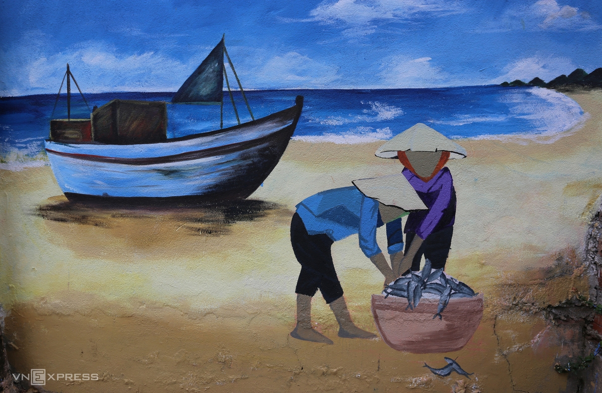 A painting shows women in a fishing village bring fish to the market for sale when the boat arrives on shore.