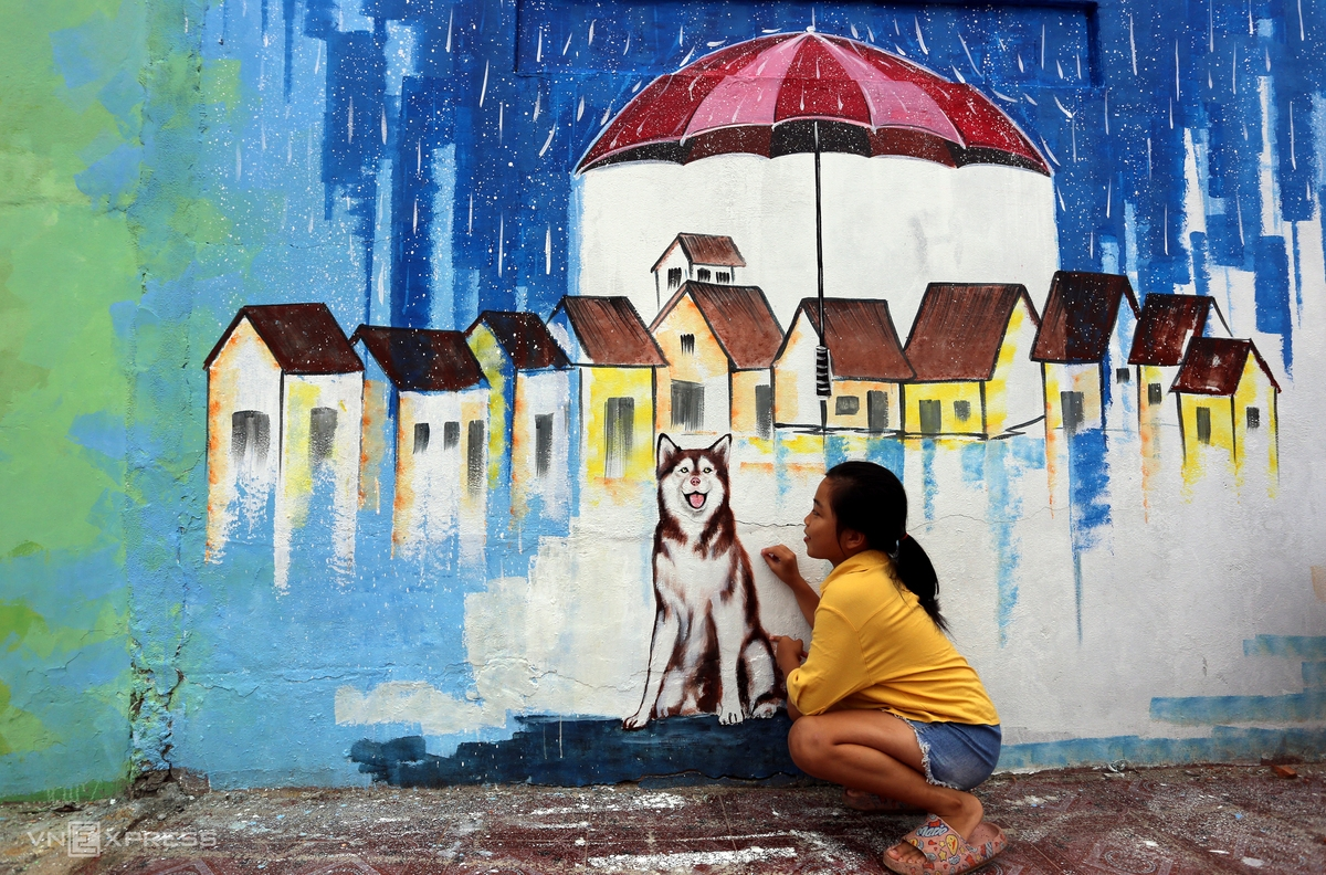 The children of the mural village are delighted at the picture of a dog and houses standing side by side.