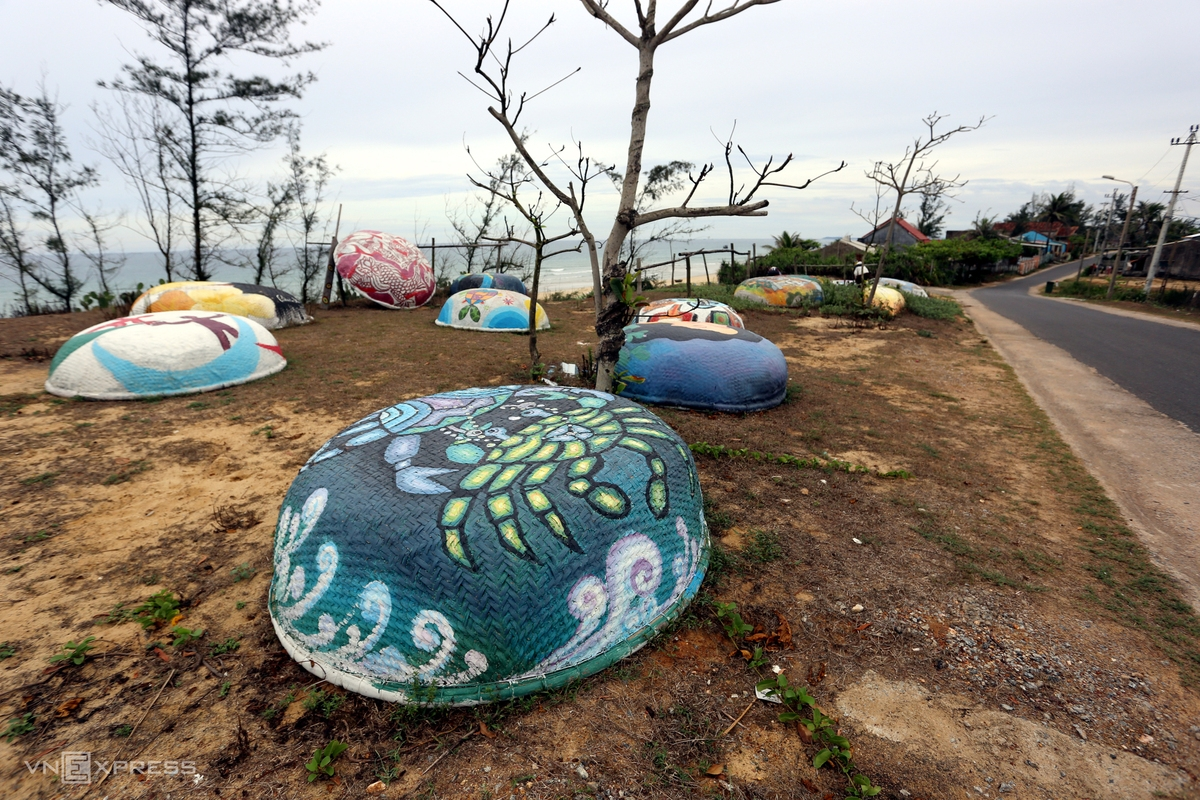 Visitors to the village can enjoy not only murals but also basket boat art road along the beach.