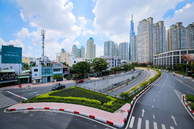A deserted street in Ho Chi Minh city during the social distancing period. Photo Zing News