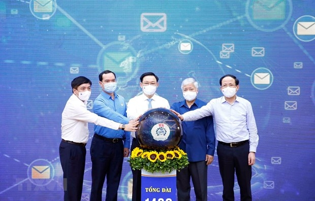Chairman of the National Assembly Vuong Dinh Hue (centre) and other officials at the launch of the text message campaign on June 3 (Photo: VNA)