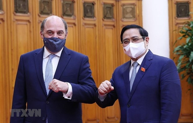 Prime Minister Pham Minh Chinh (right) and UK Secretary of State for Defence Robert Ben Lobban Wallace (Photo: VNA)