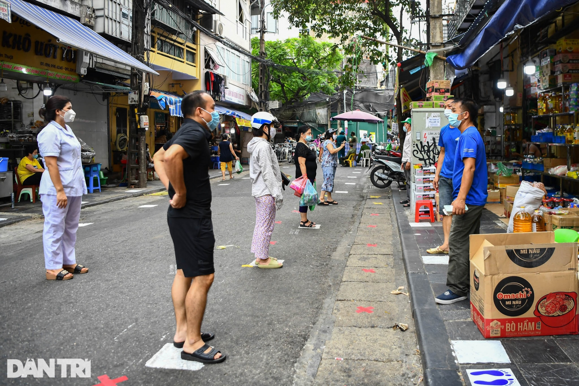 Hanoi Markets Use Creative Ideas to Protect People During Pandemic