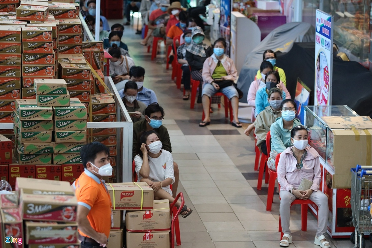 Expats in Ho Chi Minh City Experience Shopping with Market Entrance Tickets
