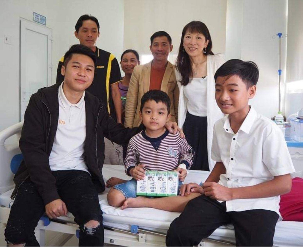 Nguyen Anh Tai (first from left) returns to Hue Central Hosptial to reunite with his 'mother' Wanatabe in 2019. Photo courtesy of