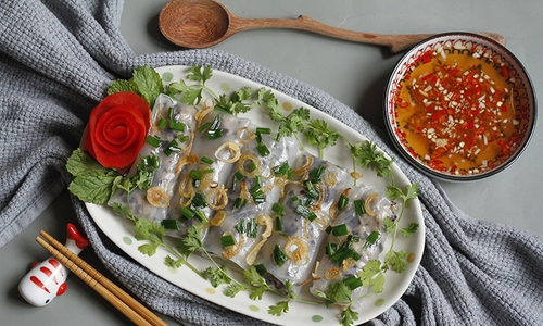 A Vietnamese Delicacy: Making Banh Cuon From Rice Paper (With Video)
