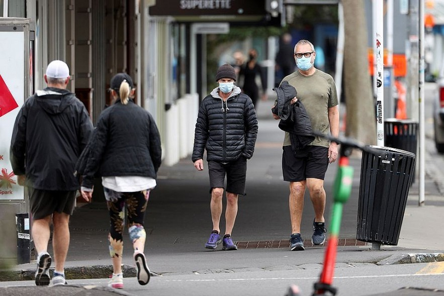 People in Auckland wear face masks while doing exercise outdoor in August. Photo REUTERS