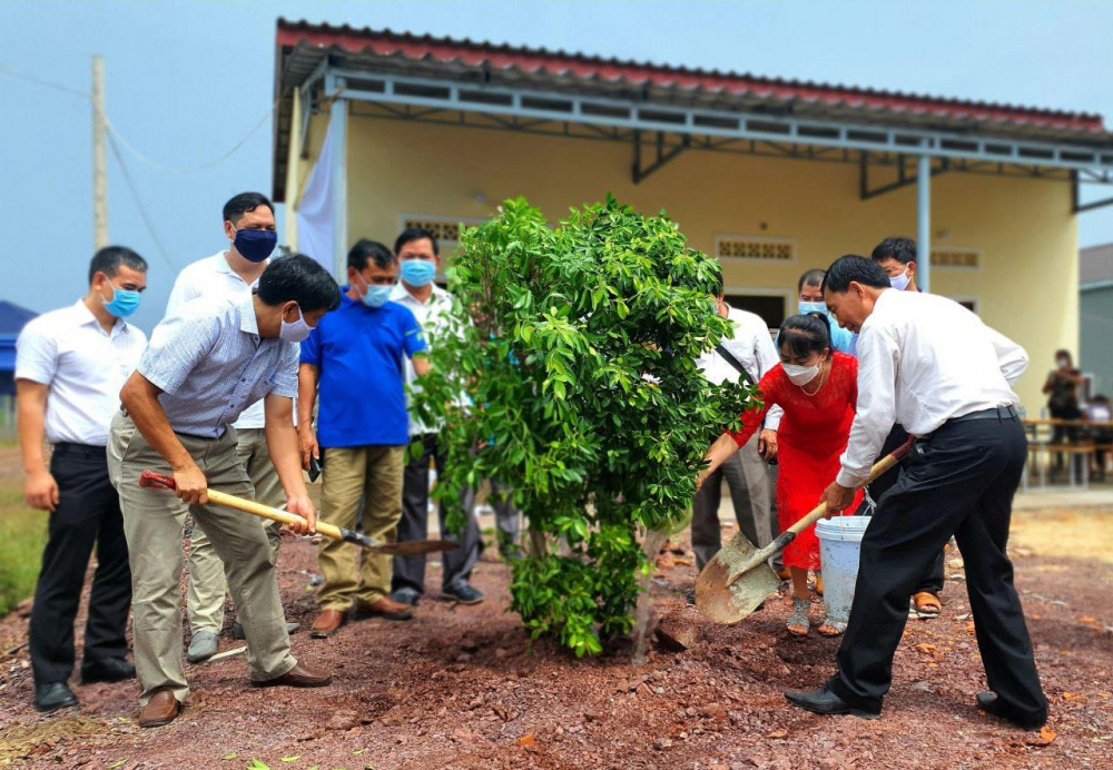 Inaugurating communal house for Vietnamese Cambodian in Kampot