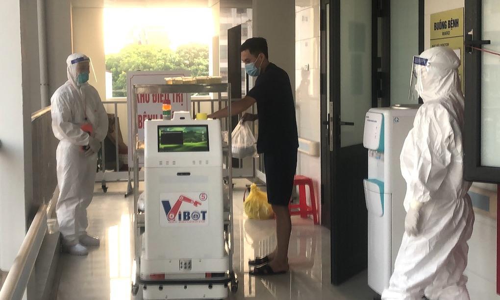 Medical transportation robots made in Vietnam deployed at COVID treatment facilities