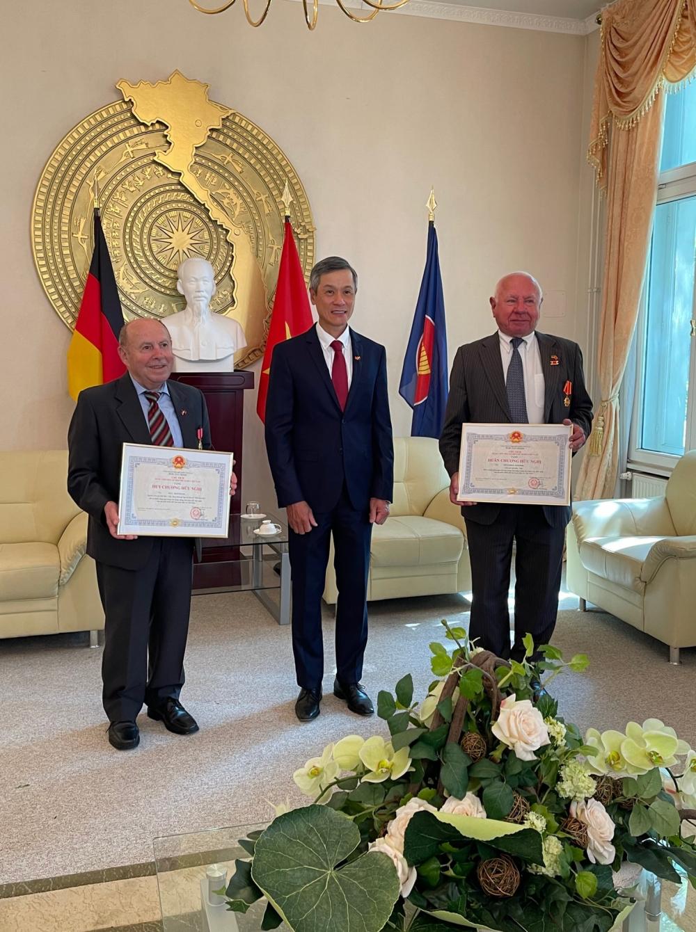 2 German nationals receive Vietnam friendship awards