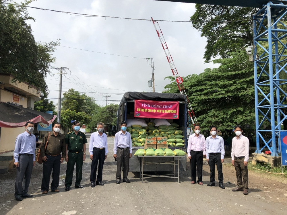 Dong Thap Gives Cash and Gifts Valued at VND 150 million to Vietnamese in Cambodia