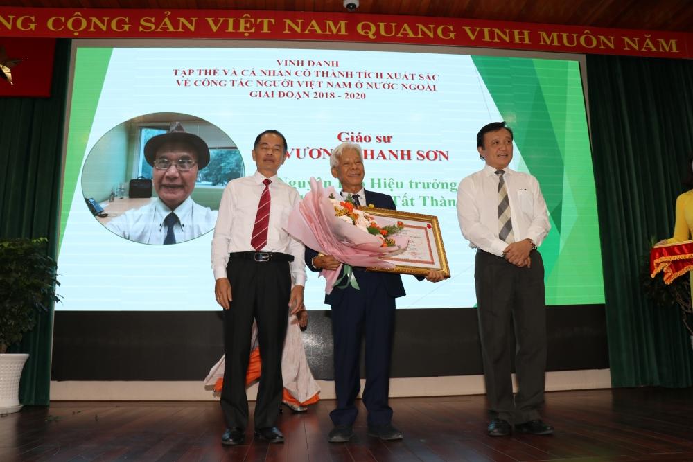 Ho Chi Minh City Badge Awarded to Seven Overseas Vietnamese