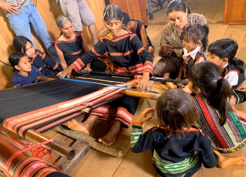 J'rai Women Brocade Weaving Club in Ia Mo Nong