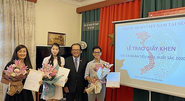 4 Overseas Vietnamese in Czech Republic Given Awards