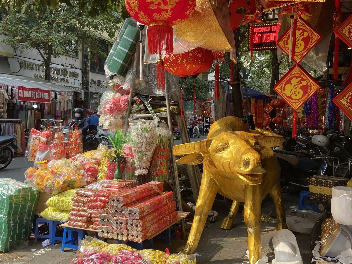hanois old quarter gets ready for traditional tet holiday